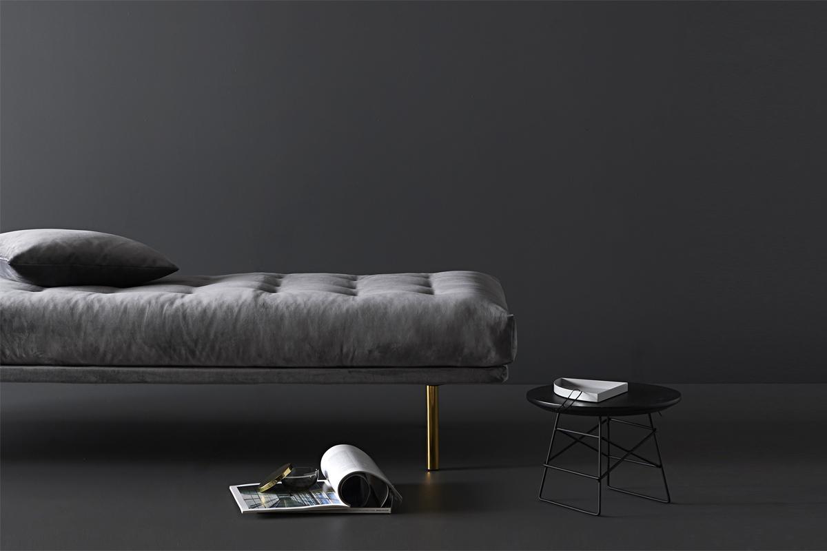 Med Vili spring daybed'en får man meget af det stilfulde design, som kendetegner en rigtig klassisk daybed og liggebriks.