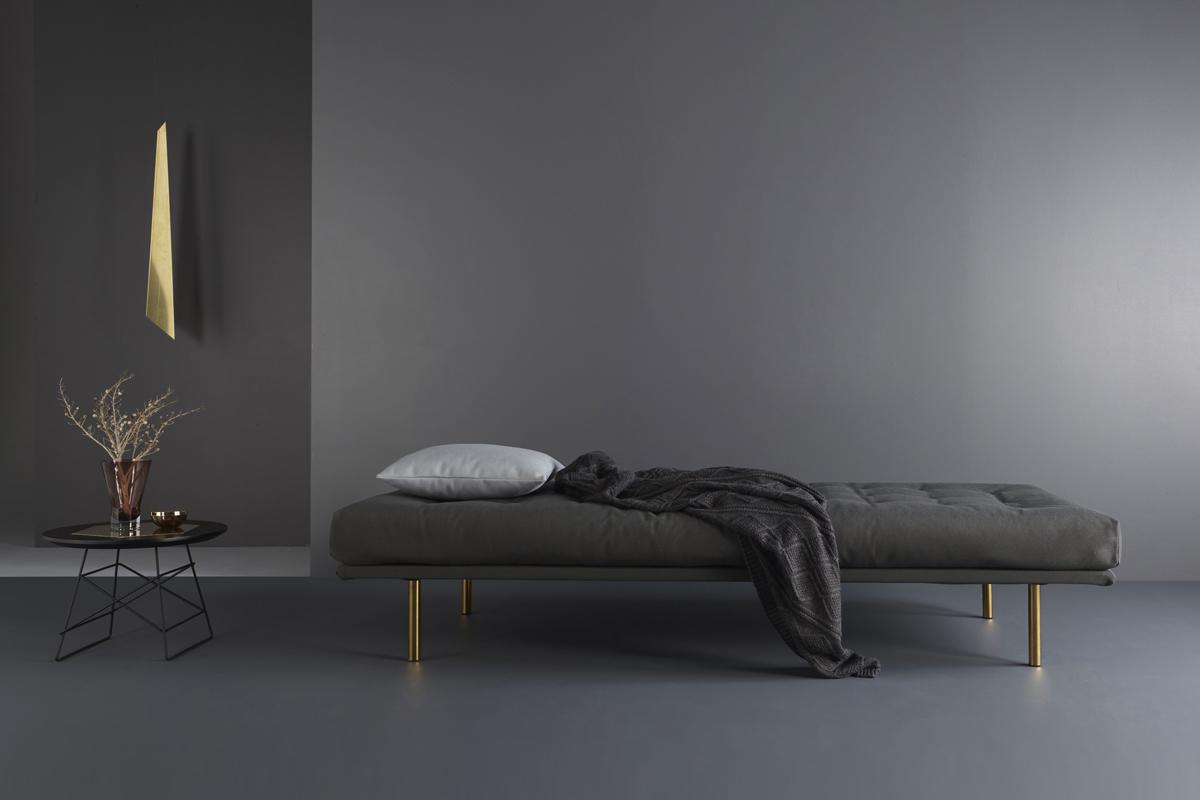 Vili spring daybed'en er oplagt til at stille midt i rummet som en rumdeler på grund af dens lave tyngde.
