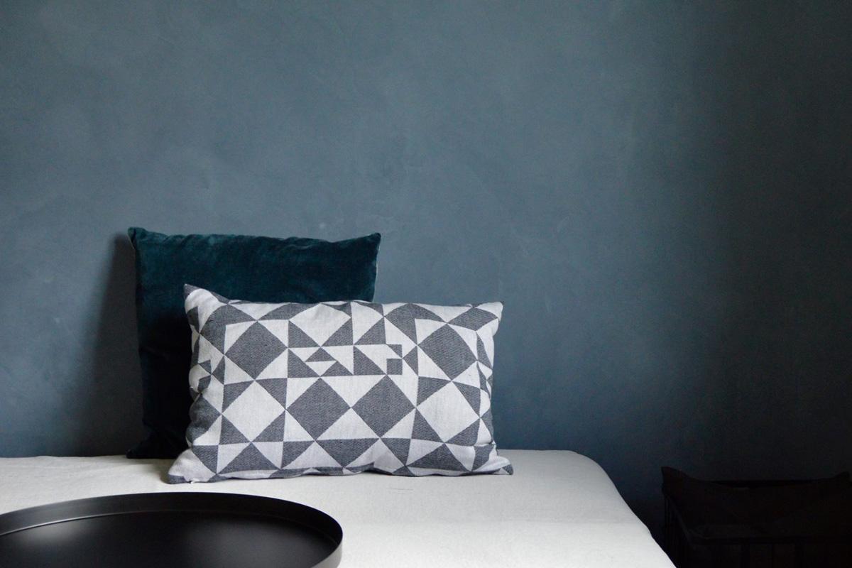 Rustik spartelmasse på en væg i et soveværelse.