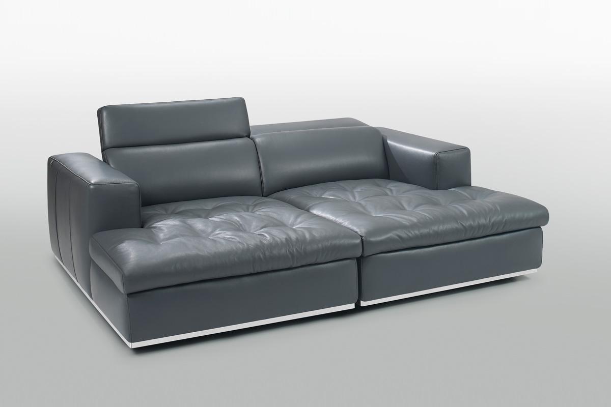 En chaiselong betyder egentlig en Lang stol og er en polstret sofa i form af en stol, der er lang nok til at støtte benene på, som her med denne dobbelte chaiselong sofa fra Kelvin Giormani med navnet Riva l lædersofa.