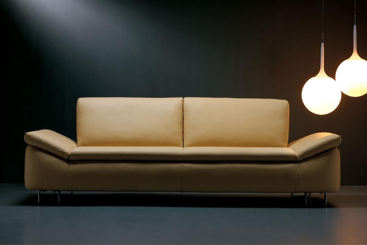 Alle Kelvin Giormanis sofaer er kendetegnet ved et luksuriøst design, der lægger vægt på de moderne, rene linjer i samspil med enkle, gennemførte detaljer.