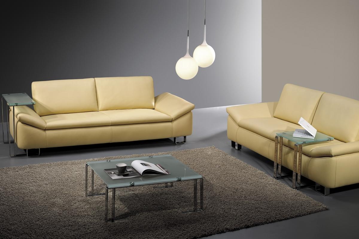 Der er noget imødekommende over en sofa i den gule farve, som det ses her på billedet.