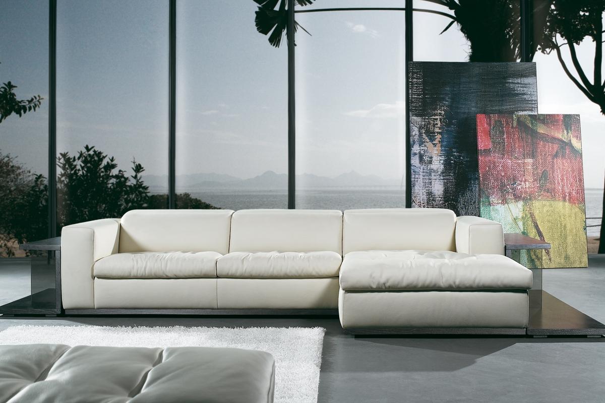 En stilfuld sofa står her placeret i en bolig.