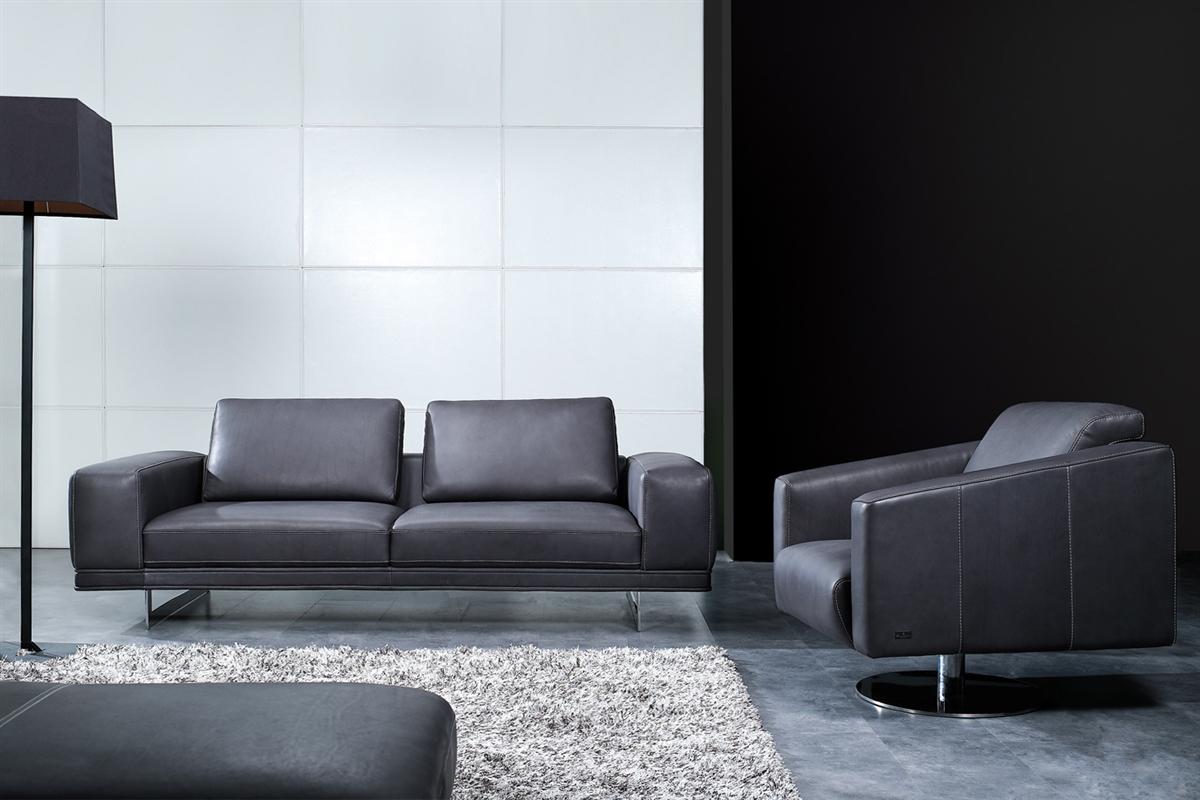 Luksussofa i mørkt læder står her flot placeret i en boligs indretning.