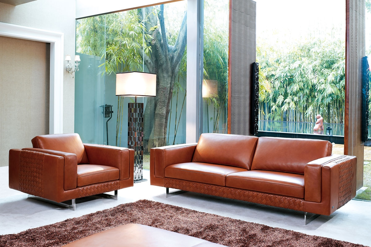 Italienske møbler i rødbrune farver ses her i en bolig.