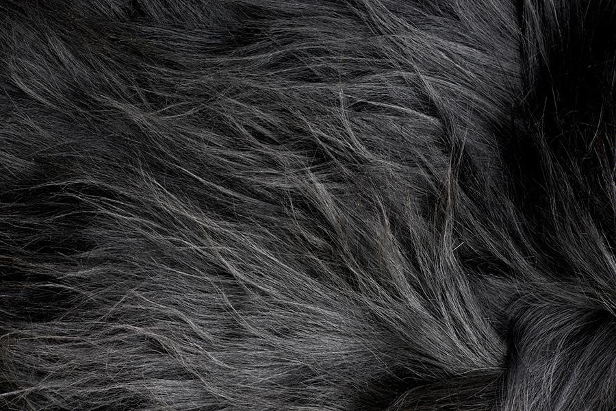 Billedet viser en detalje på en fåreskindshynde fra Natures Collection i farven sort.