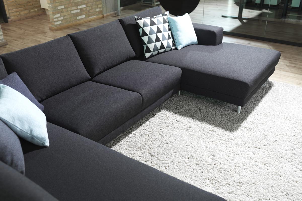 Modesta stofsofaen er en modulbaseret sofa, som vi hos BoShop tilbyder i nogle faste opstillinger.
