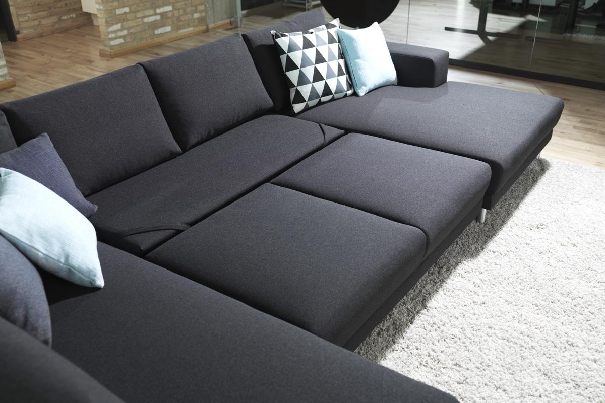 En sofa med udtræksfunktion, der gør at alle i familien kan ligge ned og hvile benene samtidigt i sofaen.