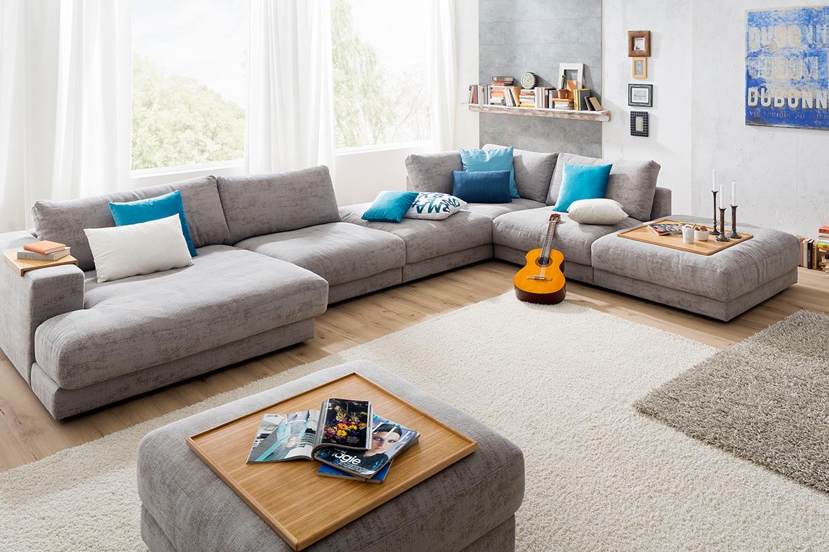 På High End sofaen kan du vælge en overdimensioneret polstret og bred chaiselong. Denne overdimensionerede chaiselong nægter at gå upåagtet hen med sin lysegrå farve og sit buttede flyder sofa design, som det ses på dette billede. Du kan købe sofaen hos BoShop.