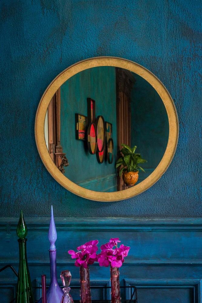 Spejle har mange forskellige anvendelser i hjemmet, såsom refleksion af lys og, åbning af plads og generelt forbedring af indretningen.