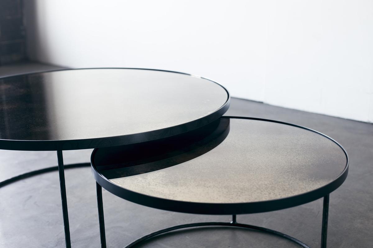 Nogle runde sofaborde fra Notre Monde ses her sammen på dette billede.