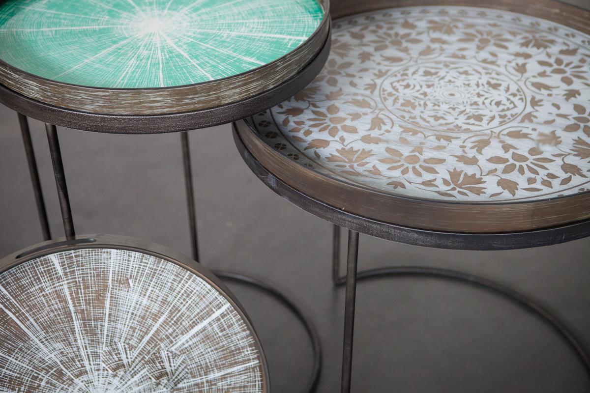 De dekorative bakkeborde fra Notre Monde er inspireret af kulturer og mønstre fra fjerne himmelstrøg. Du kan købe bakkebordene her hos BoShop, bemærk dog at Blue Slice ikke kan købes længere, da den er udgået fra vores sortiment.