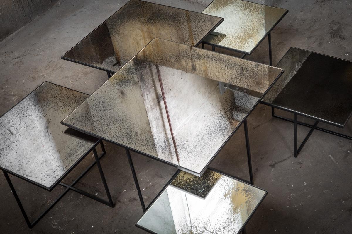 Glas sofabord med stålben giver din bolig et elegant look. Med dets gennemsigtighed er et glas sofabord normaltvist at foretrække for også at give en lethed i rummets indretning, men er her erstattet af en overflade med spejleffekt fra belgiske Ethnicraft.