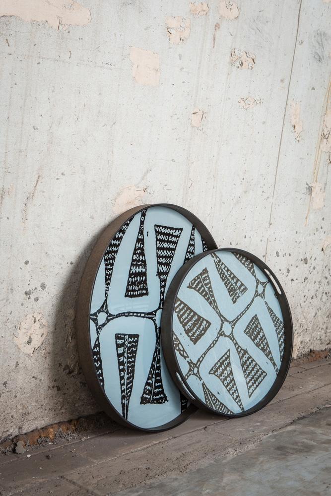 De inspirerende og smukke Wabi Sabi bakker fra Ethnicraft ses her placeret op ad en væg.