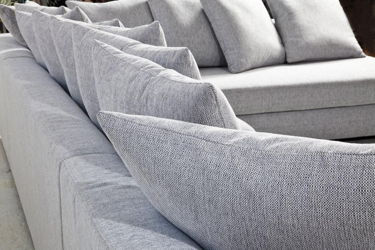 En af tidens helt store boligtendenser er at indrette sig med nogle af de mange nye behagelige sofaer, der har chaiselong og som også har masser af puder.