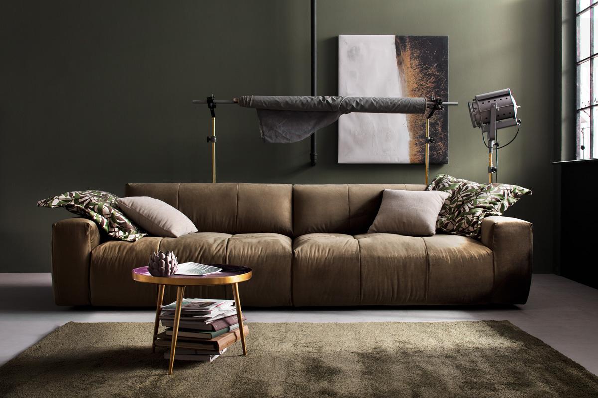 Man vil få en fornemmelse af loungestemning og jordnærhed, når man sidder i en sofa uden ben, fordi man kan føle, at man sidder mere tættere på gulvet. Det er blandt andet med til symbolsk at skabe jordforbindelse til os som mennesker i en travl hverdag. Her på billedet ses Place sofaen, der er en sofa uden ben, som du kan købe her hos BoShop.