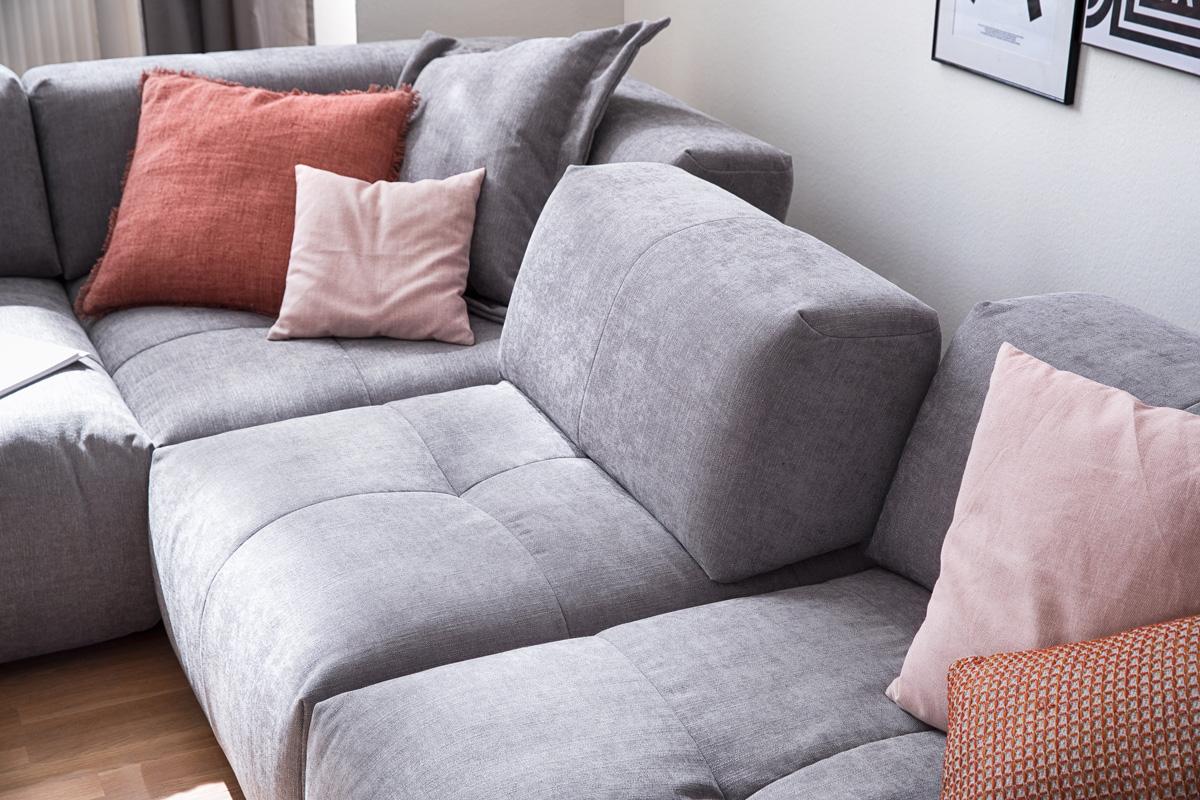 For at imødekomme dine behov har Place sofaen en funktion til at justere ryglænet til enhver ønsket position. Dette sikrer det bedst mulige komfortniveau. Den justerbar montering til justering af ryggen kan justeres i to positioner til alle modulerne undtagen chaiselongerne og hjørnemodulet.