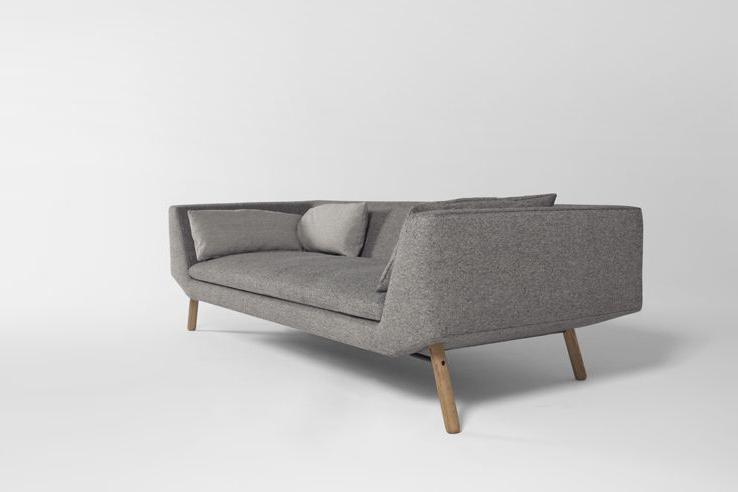 Træben giver din sofa et naturligt fundament at stå på, da træets glød lys som mørk giver et flot sammenspil med sofaens øvrige dele som stoffarven.
