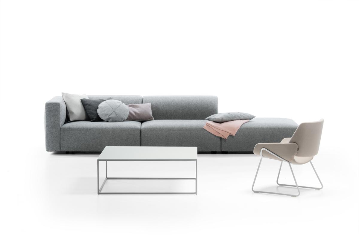 En sofa i grå passer godt ind i mange hjem og er både en elegant og klassisk farve i mange hjem.