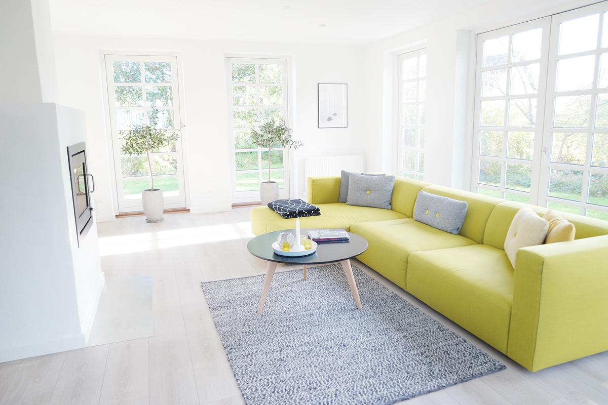 Sammensæt farvene i din bolig ligesom hjemme hos Julie Monberg, hvor nogle af farvenuancerne går igen i møblerne og puderne.
