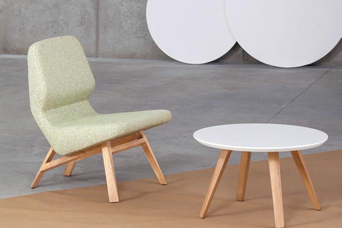 Lænestolen her på billedet er med dens dusede grønne farve både elegant, imødekommende og frisk på samme tid.