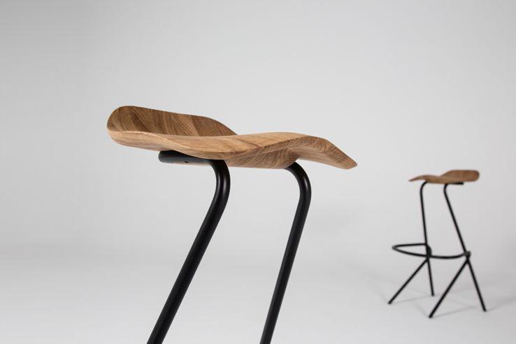 Den viste Strain barstol her på billedet er med et ergonomisk sæde, der minder om en saddel.