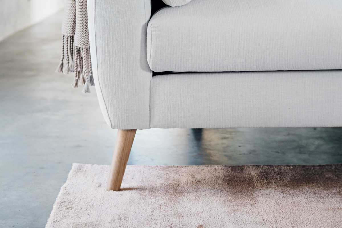 At vælge en farve til en sofa kan godt være en stor beslutning, her ses en stofsofa i en lys stoffarve.