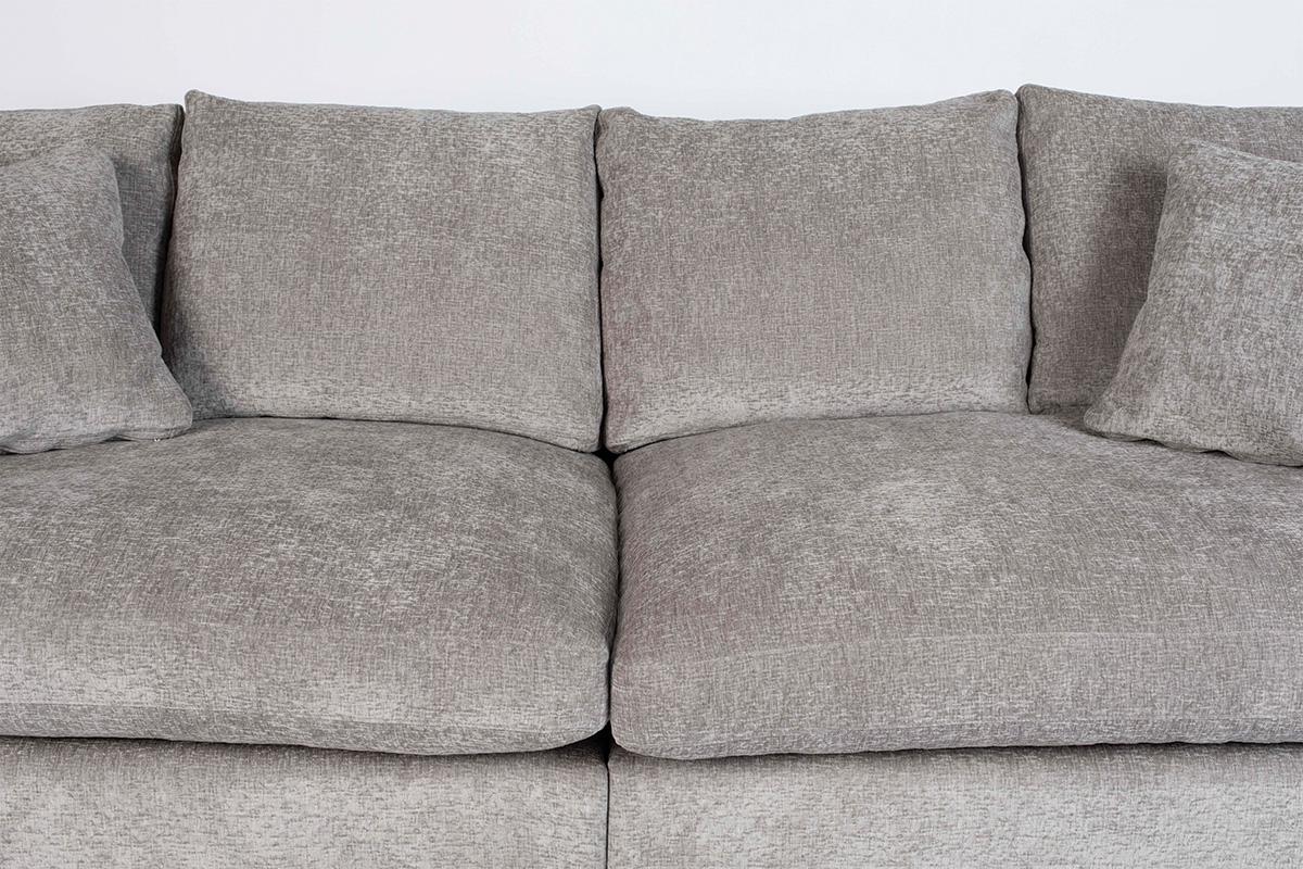 En sofa, hvor hynderne er faldet sammen kan være resultatet af slidte puder, gamle fjedre eller en dårlig ramme. Hvis problemet er puderne, er du klar til en let løsning. Afhængigt af beskadigelsesniveauet kan det være nødvendigt at udskifte hele sofaen. Bemærk venligst, at sofaen på billedet er brugt som et eksempel, fordi stilen på denne sofa er tiltænkt at have bløde hynder fra starten af.