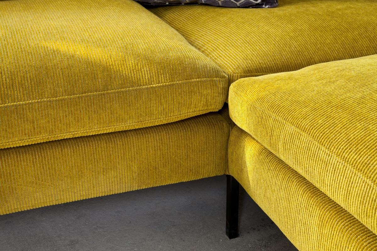 Der er noget varmt og imødekommende over fløjl stof på en sofa, og det er noget af det mest  populære og trendy lige nu, da det både er smukt og klassisk på samme tid. Her er vist en detalje på Tokyo sofaen fra Sits, som du blandt andet kan købe i fem flotte fløjlsfarver på BoShops hjemmeside.