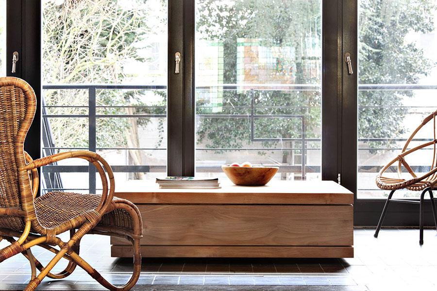 Sofabord med skuffe giver dig et praktisk sofabord i din stue.