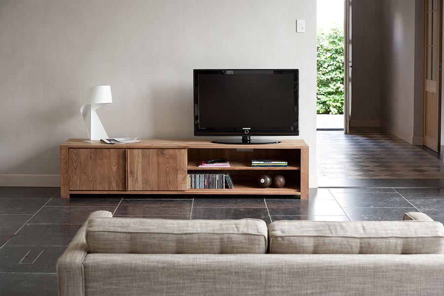 Indret dig med et flot tv-bord i stuen til din fladskærm med et tv-bord fra Ethnicraft, som du kan finde et stort udvalg af her på BoShops hjemmeside.