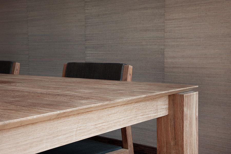 Et kvadratisk spisebord fra Ethnicraft står her placeret i en boligs indretning.