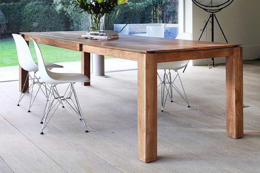 Den flotte træstruktur ses her på billedet af et rustikt spisebord.