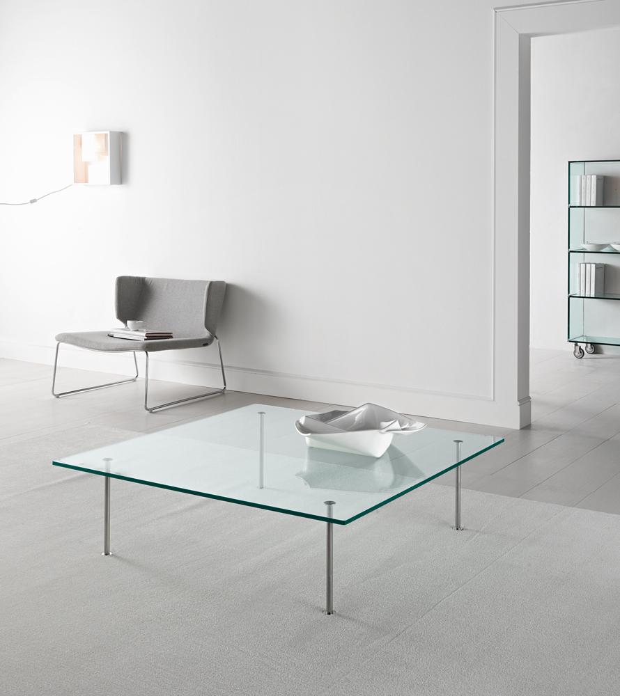 Glas sofabord med stålben giver din bolig et elegant look. Med dets gennemsigtighed er et glas sofabord at foretrække for også at give en lethed i rummets indretning.