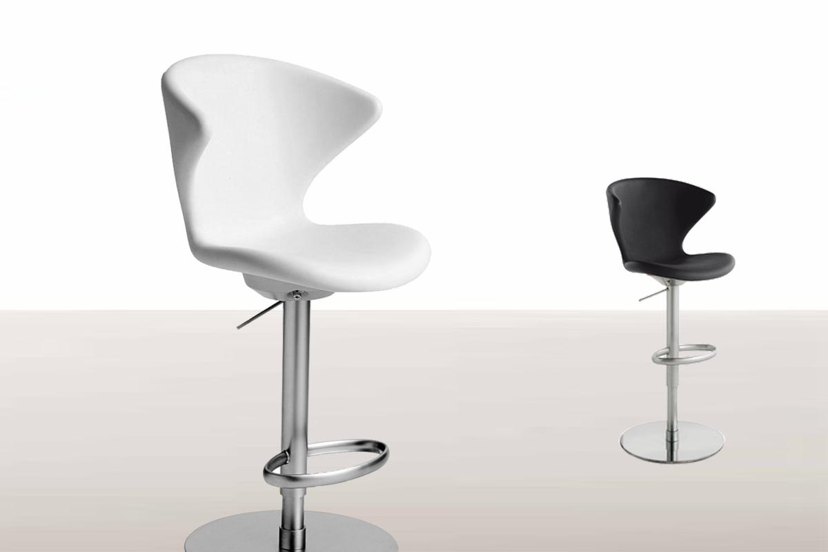Barstole med højt ryglæn, som minder om almindelige spisebordsstole, som her vist fra Tonon.