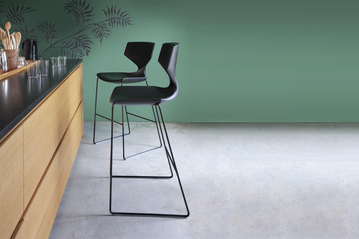Smuk indretning med barstol hos BoShop.