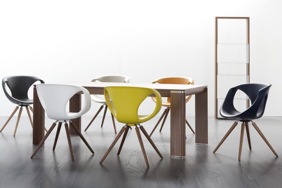 Stole i flot design pryder dette billede af Tonon stole, som du kan købe online her hos BoShop.