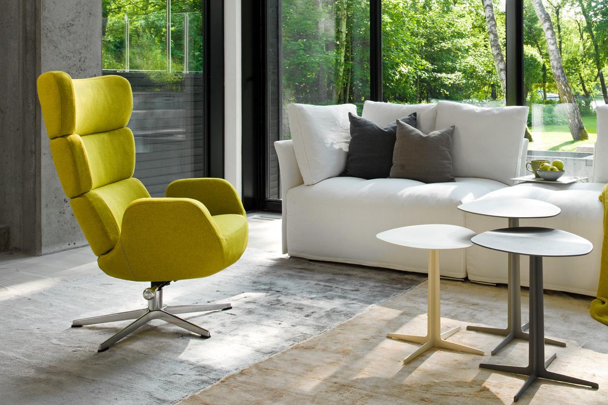 Den moderne Turtle lænestol fra Conform står her i denne bolig i en flot gul-grøn stoftype.
