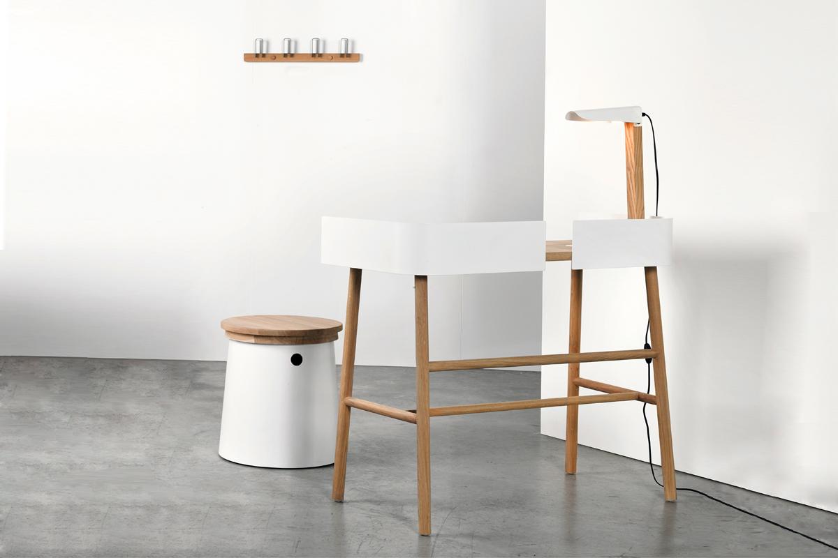 En af tidens store boligtrends er de smalle skriveborde til hjemmet som for eksempel med det smarte B Desk skrivebord fra Ethnicraft. Skrivebordet har en dybde på kun 45 cm, som gør det velegnet til at have placeret mange steder i hjemmet.