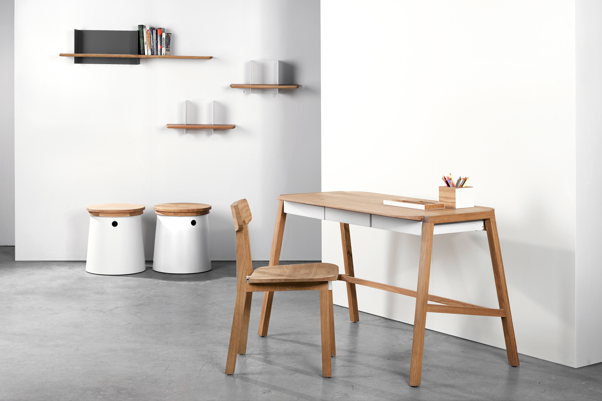 Skrivebord med hvide skuffer fra Ethnicraft, som du kan købe her hos BoShop.