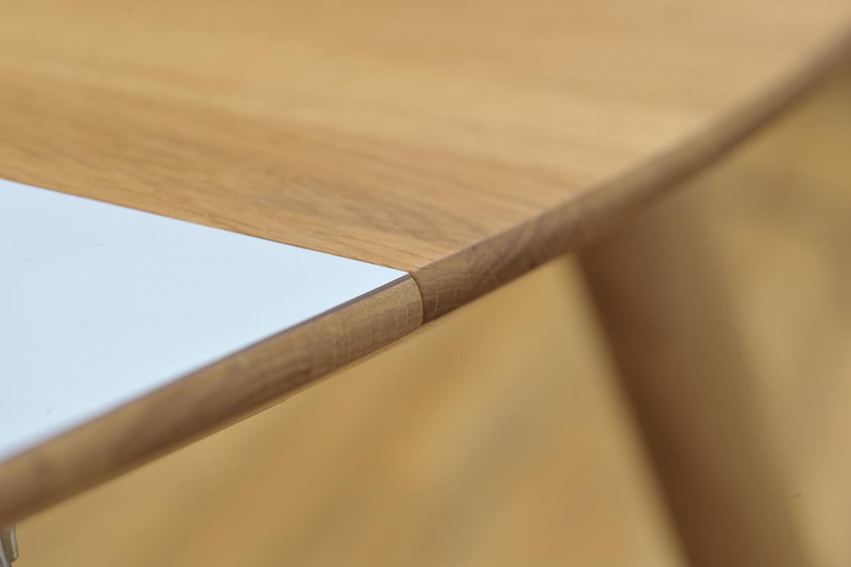 Et ovalt spisebord giver et blødt og indbydende look, samtidigt med at det vidner om en bevidst og personlig stil.