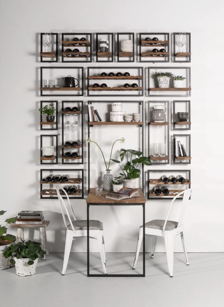 Væghængte hylder i teaktræ og metal fra Shelfmate i en enkel stil.