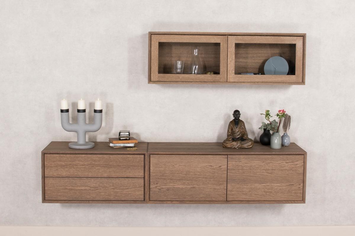 Skænke kan sagtens være både moderne og stilfulde samtidig med at de også kan hænge på væggen. Billedet viser en hænge skænk, hvor der blandt andet er et skuffemodul i venstre side af den væghængte skænk. Møblerne er fra Wood by Kristensens møbelserie med navnet Elegance, som du kan købe her hos BoShop.