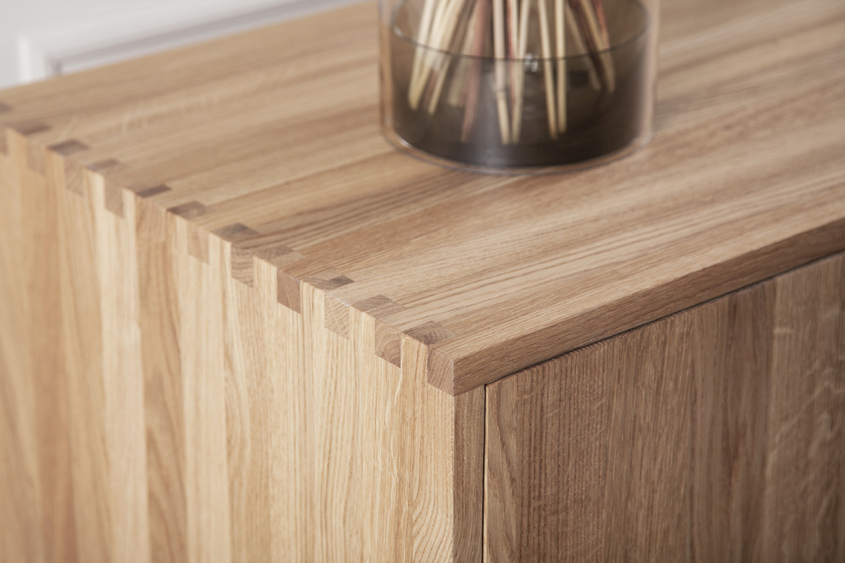 Wood by Kristensen anvender håndsorteret aske- og egetræ af højeste kvalitet og deres møbler fremstilles af deres dygtige snedkere, der anvender både ny teknologi såvel som gamle håndværkstraditioner. De fingertappede detaljer på samlingerne giver virkelig fornemmelsen af håndværk og kvalitet.