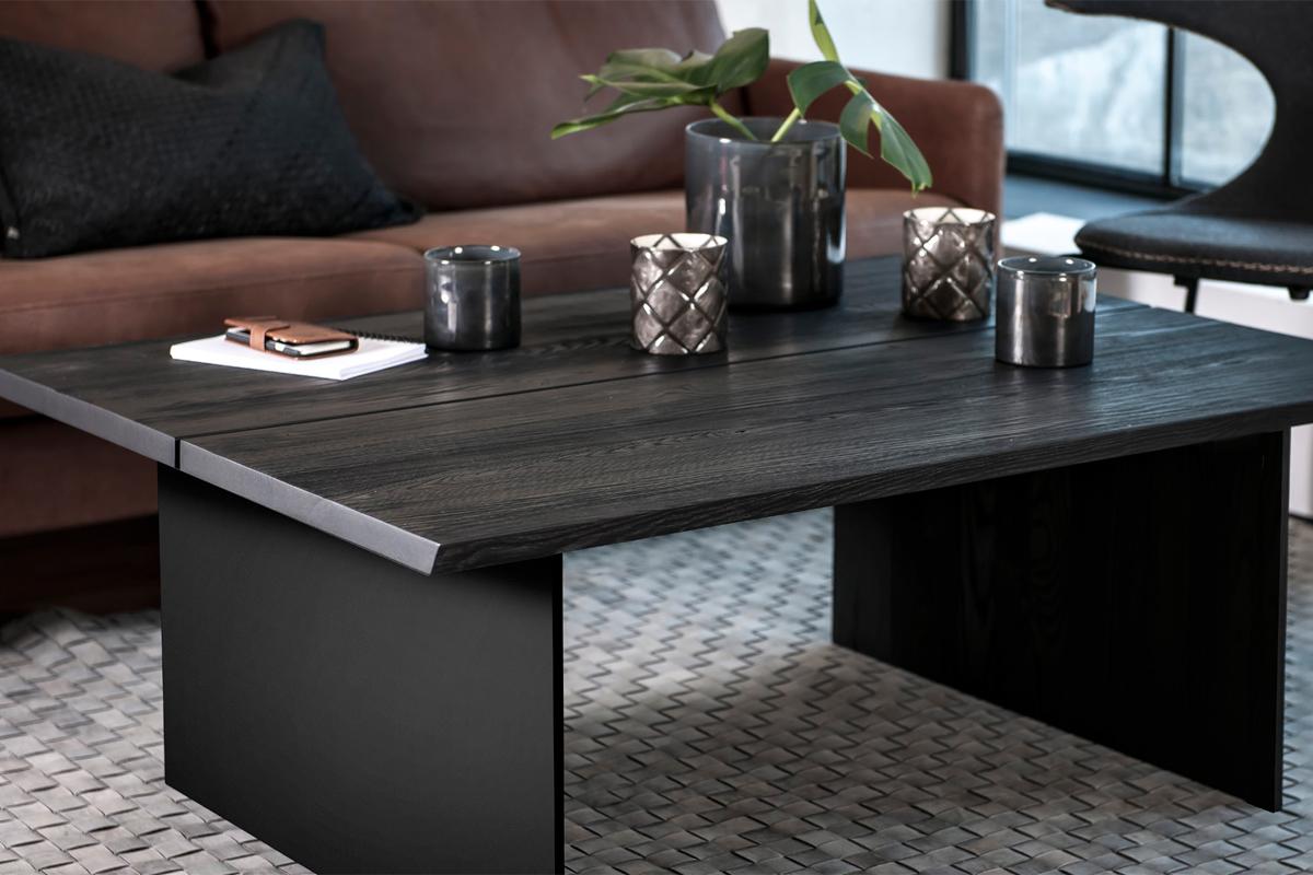 Når du vælger et sofabord i den sorte farve, får du på mange måder en stilsikker løsning til stuen.