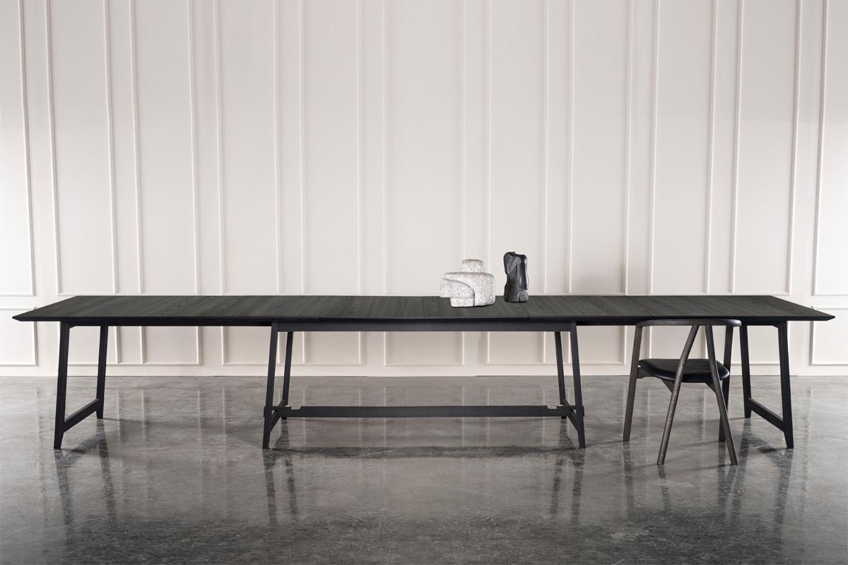 Da din spisestue rummer så mange særlige og unikke minder, fortjener rummet et lige så unikt design med et flot langbord, som det ses på dette billede af langbord med mange siddepladser fra Wood by Kristensen.