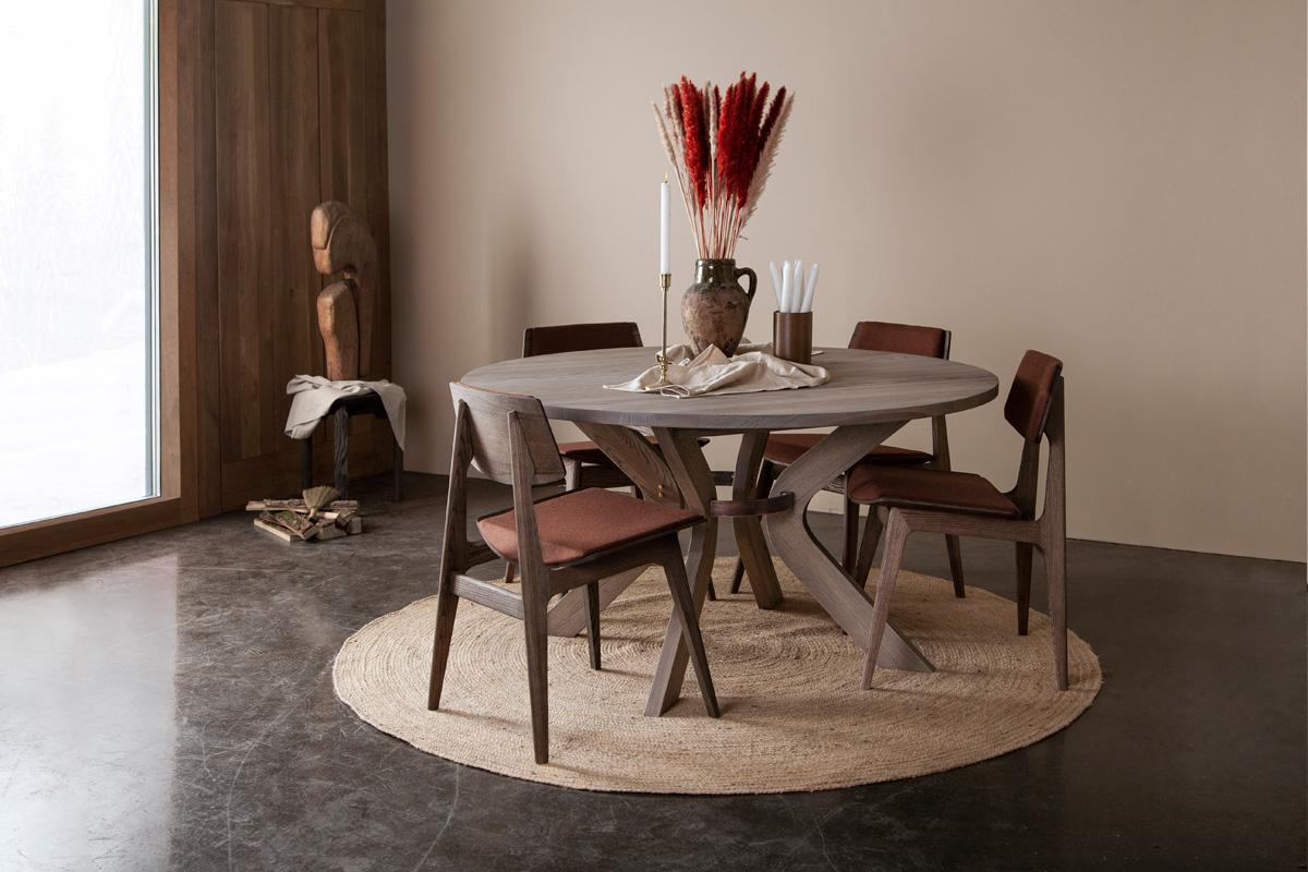 I spisestuen går komfort og kvalitet hånd i hånd, hvor møblerne hver især bliver eftertragtede nye klassikere. Skønhed og interiør vil blive vurderet til, hvordan det kan passe sammen og tilføre værdi inden for en mere flydende, sammenkoblet livsstil i hjemmet. Her på billedet ses de smukke Nordic spisebordsstole omkring det flotte Sydney spisebord fra Wood by Kristensen.
