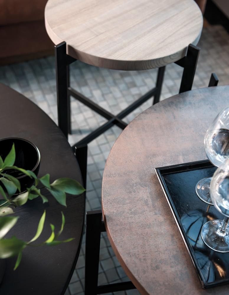 Med Urban Circle kan du designe dit helt eget runde sofabord med rund bordplade, hvor du kan vælge mellem seks træfinishes på sofabordet samt vælge mellem to forskellige finishes på ben. Fuldend din boligindretning med Urban serien med et eller flere af disse sofaborde, der er runde.