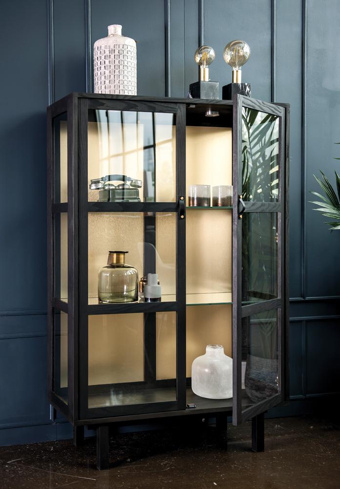 Med det flotte og massive Urban vitrineskab i ask eller eg fra Wood by Kristensen er der mange muligheder for at organisere dine ting i hjemmet. Det gode vitrineskab er med glashylder, der er flytbare og kan bære 25 kg.