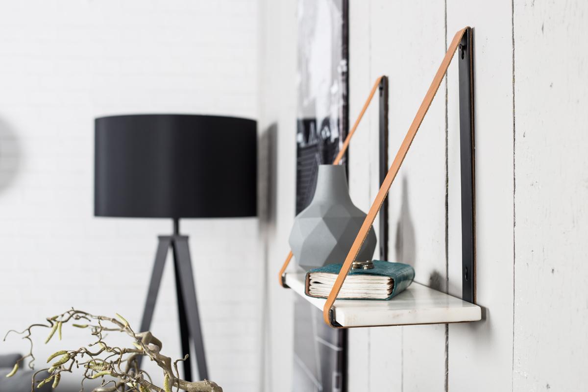 Hylde med marmor hyldeplade og smarte læderremme giver din hyldeopbevaring personlighed fra Zuiver.